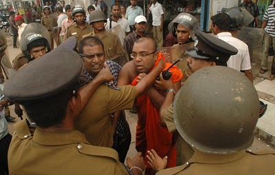 Buddist-Priest-had-bening-brutally-attacked-by-Sri-Lankan-Police-2-