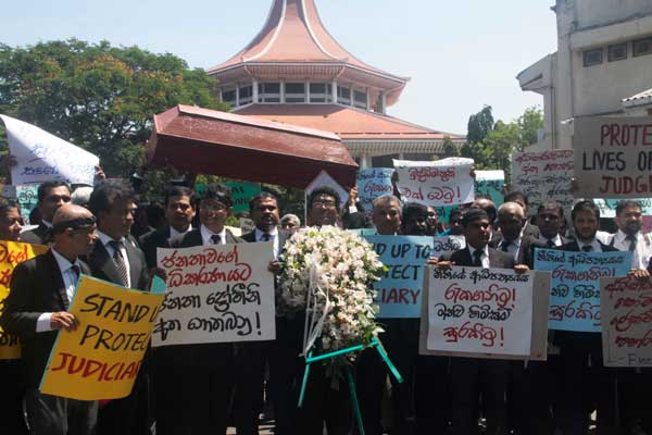 hamper-Protest-in-high-court-Pic-by-Pradeep-Dilruksana-2