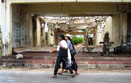 Jaffna_students_walking_past_ruined_buildings_2007-440x330