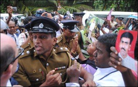 Jaffna_demo_15_11_13_priest_03_105563_445