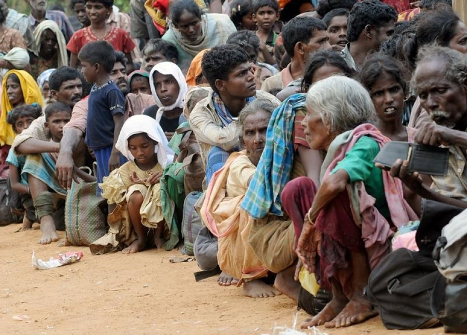 Civilians arrive in Puthukkudiyirippu, northern Sri Lanka April 22, 2009 after fleeing an area controlled by Tamil Tigers. Picture taken April 22, 2009. REUTERS Stringer