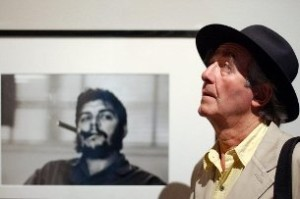 René Burri with his famous photo of Che Guevara in 2004 (Keystone)