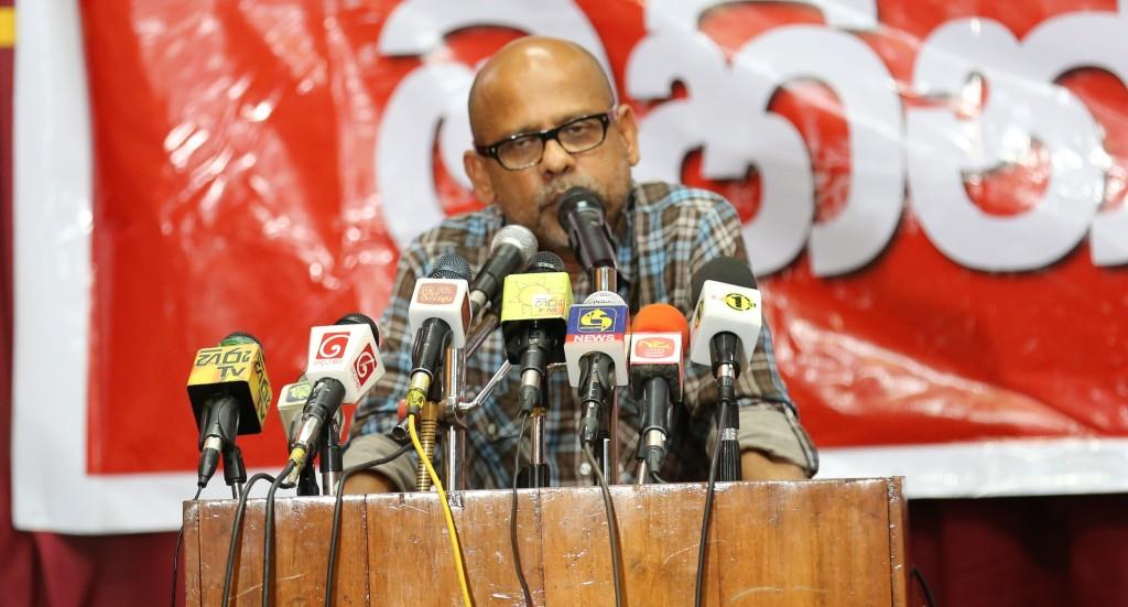 Gamini Viyangoda speaking at the meeting (c) s.deshapriya