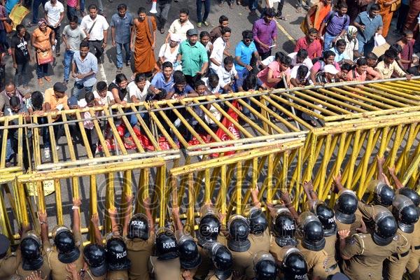 A Lankadeepa photo of the protest