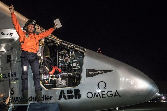 Bertrand Piccard steps from the Solar Impulse, 62 hours after taking off from Hawaii (Keystone)