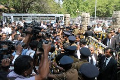 Sri Lanka: Police Rings Court Complex; Journalists Bared; Pro government Mobs Allowed – Photo essay