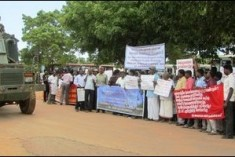 SL military threatens IDP camp inmates to accept 'alternative resettlement'