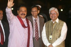 Manmohan meets Rajapaksa, presses for fast-tracking Tamil solution